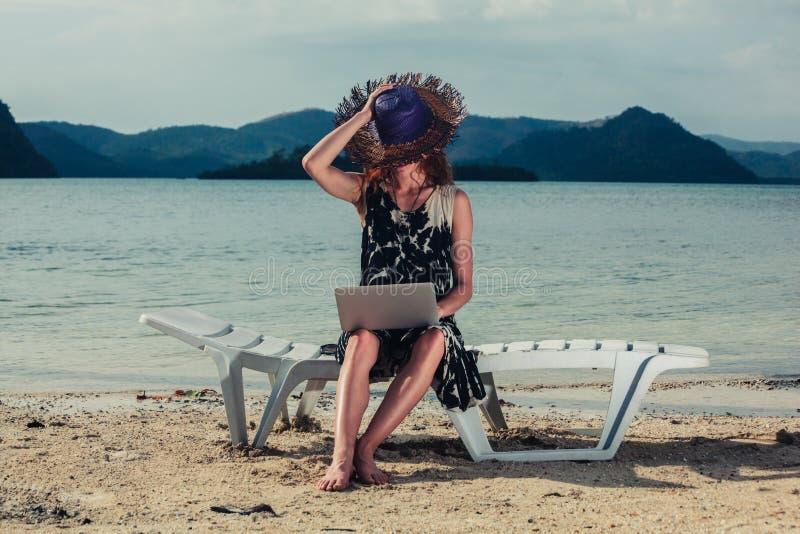 γυναίκα lap-top παραλιών στοκ φωτογραφία