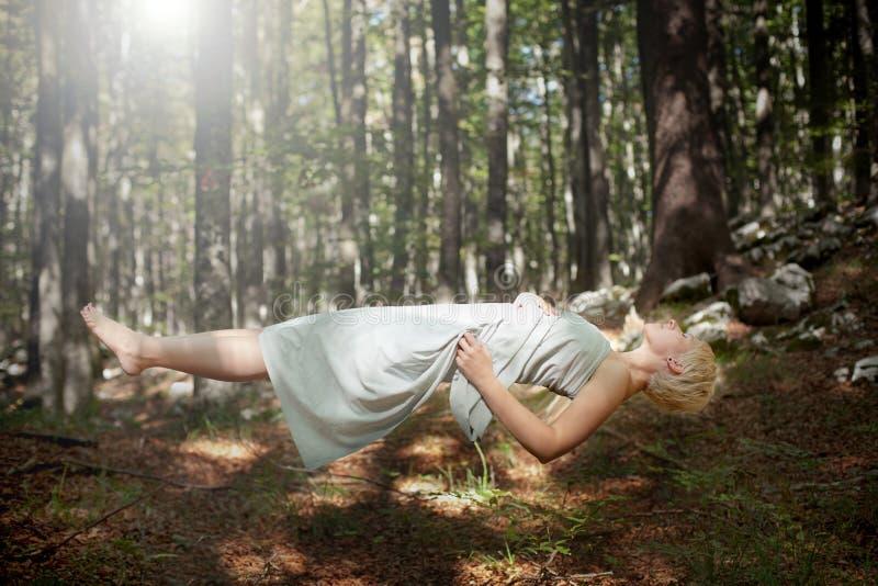 Γυναίκα Levitating στοκ φωτογραφίες