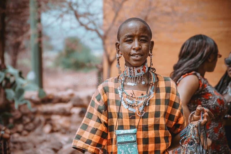 Γυναίκα Maasai πωλώντας διακοσμήσεις πάρκων Amboseli στις εθνικές στοκ φωτογραφία με δικαίωμα ελεύθερης χρήσης