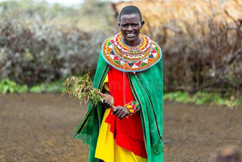 Γυναίκα Massai που στέκεται στο χωριό της στοκ εικόνες