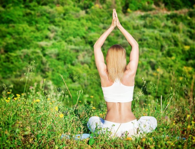 Γυναίκα meditate υπαίθρια στοκ φωτογραφίες
