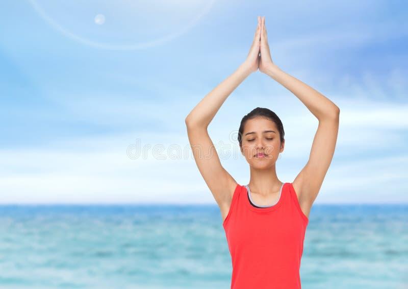 Γυναίκα Meditating θαλασσίως στοκ φωτογραφία