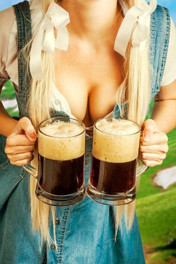 Γυναίκα Oktoberfest που κρατά δύο κούπες μπύρας στοκ φωτογραφία με δικαίωμα ελεύθερης χρήσης