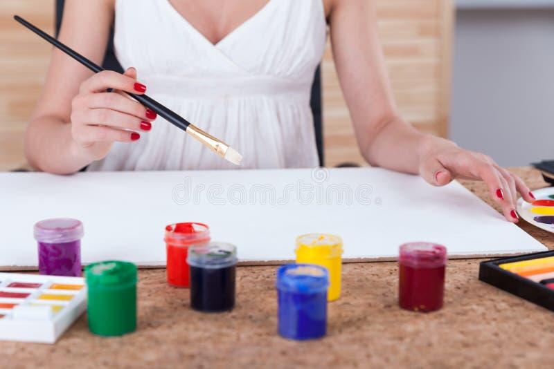 Γυναίκα painter& x27 χέρια του s στοκ φωτογραφίες