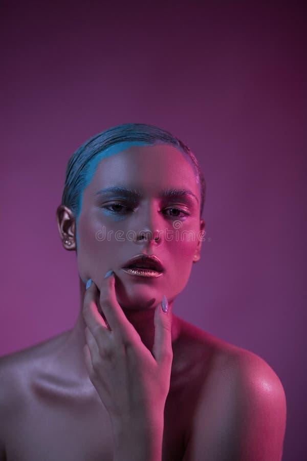 Γυναίκα Passionary με τα ανοικτά χείλια στο ροζ στο δημιουργικό φωτισμό στοκ φωτογραφίες