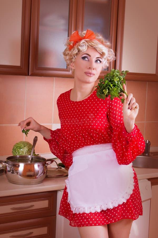 Γυναίκα Pinup με τα πράσινα που μαγειρεύει τη σούπα στοκ φωτογραφία με δικαίωμα ελεύθερης χρήσης