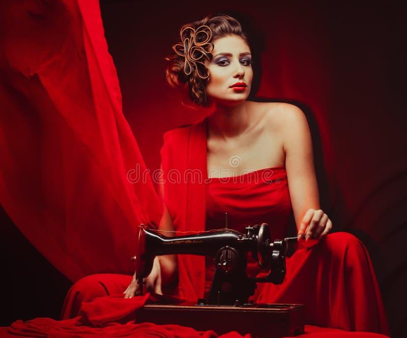 Γυναίκα Pinup με τη ράβοντας μηχανή στοκ εικόνες