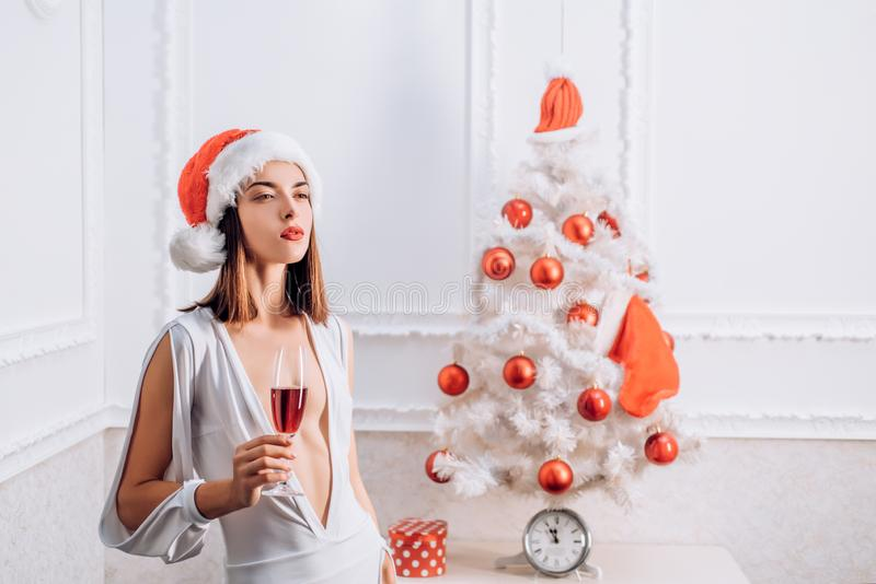 γυναίκα santa τσαντών Σας ευχόμαστε τη Χαρούμενα Χριστούγεννα Όμορφη γυναίκα στο κόκκινο καπέλο Santa στις διακοπές καλή χρονιά στοκ εικόνες