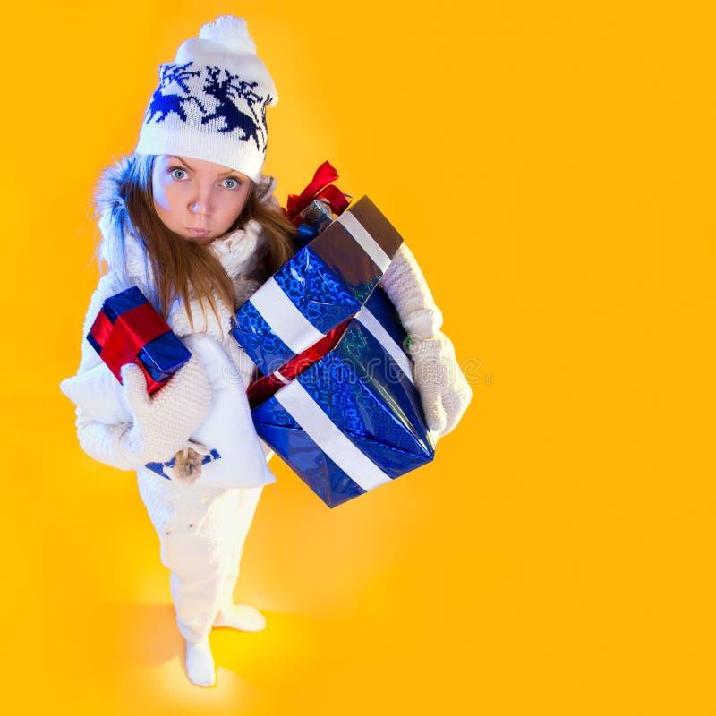 γυναίκα santa τσαντών Όμορφες νέες διακοπές δώρων έτους και Χριστουγέννων στοκ φωτογραφία με δικαίωμα ελεύθερης χρήσης