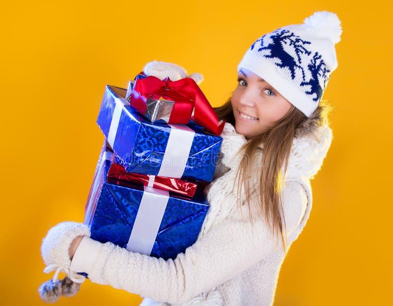 γυναίκα santa τσαντών Όμορφες νέες διακοπές δώρων έτους και Χριστουγέννων στοκ φωτογραφίες με δικαίωμα ελεύθερης χρήσης
