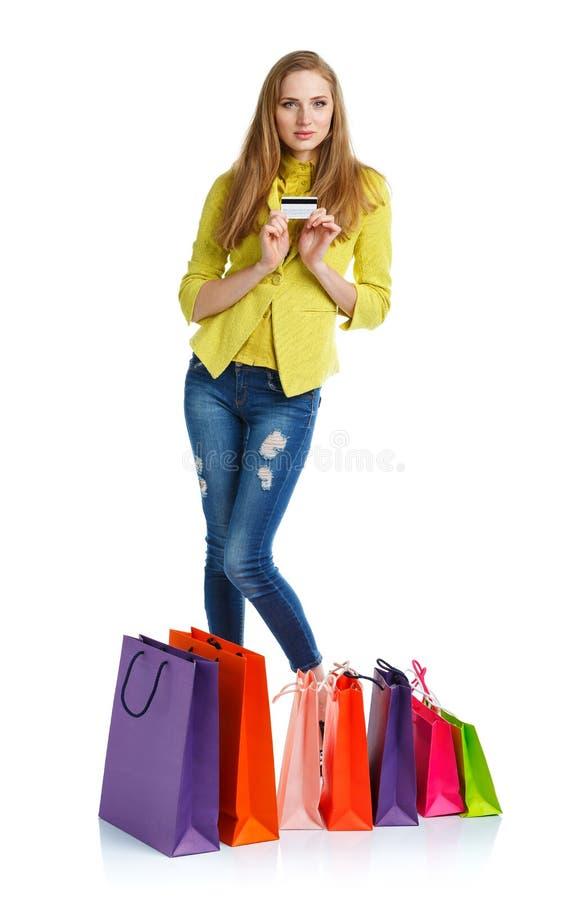 Γυναίκα Shopaholic με τις τσάντες αγορών και πιστωτική κάρτα άνω του άσπρου β στοκ εικόνα
