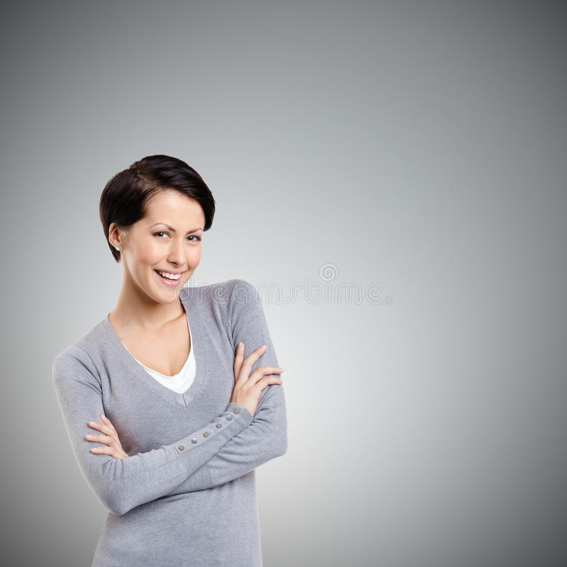 Γυναίκα Smiley με τα διασχισμένα όπλα στοκ εικόνες με δικαίωμα ελεύθερης χρήσης