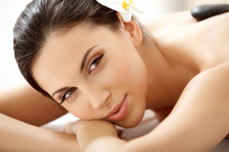 Γυναίκα SPA. Beautiful Woman Getting Spa επεξεργασία ι στοκ φωτογραφία με δικαίωμα ελεύθερης χρήσης