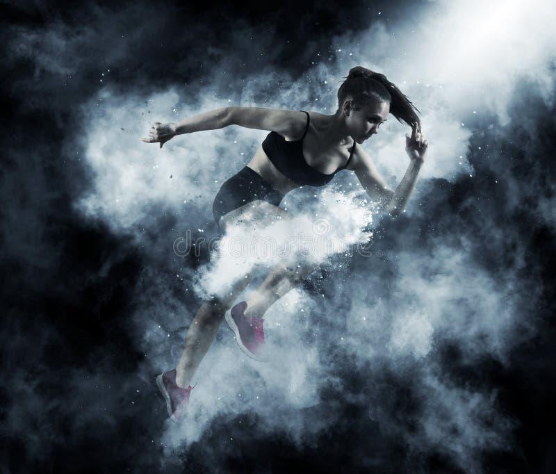 Γυναίκα sprinter που αφήνει την έναρξη στοκ εικόνα