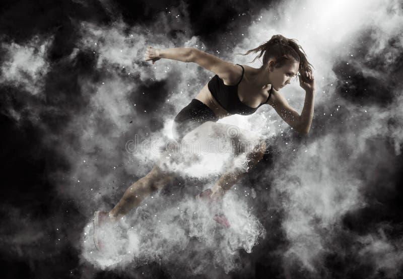 Γυναίκα sprinter που αφήνει την έναρξη στοκ εικόνα με δικαίωμα ελεύθερης χρήσης