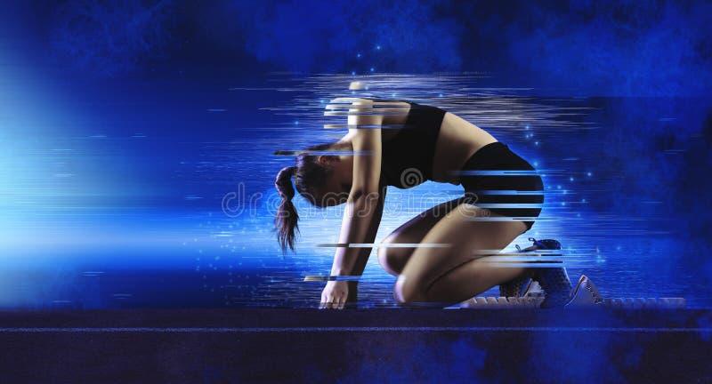 Γυναίκα sprinter που αφήνει τους αρχικούς φραγμούς στοκ φωτογραφίες