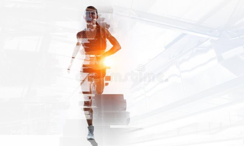 Γυναίκα sprinter που τρέχει γρήγορα στοκ εικόνες