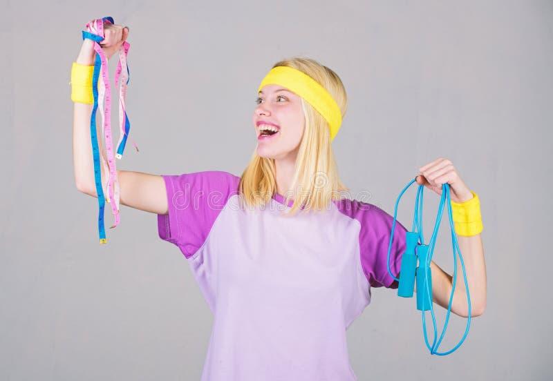 Γυναίκα workout με το άλμα του σχοινιού Αποτέλεσμα Workout Σχοινί άλματος λαβής κοριτσιών και ταινία μέτρου Λεπτός κάτω Έννοια απ στοκ φωτογραφίες