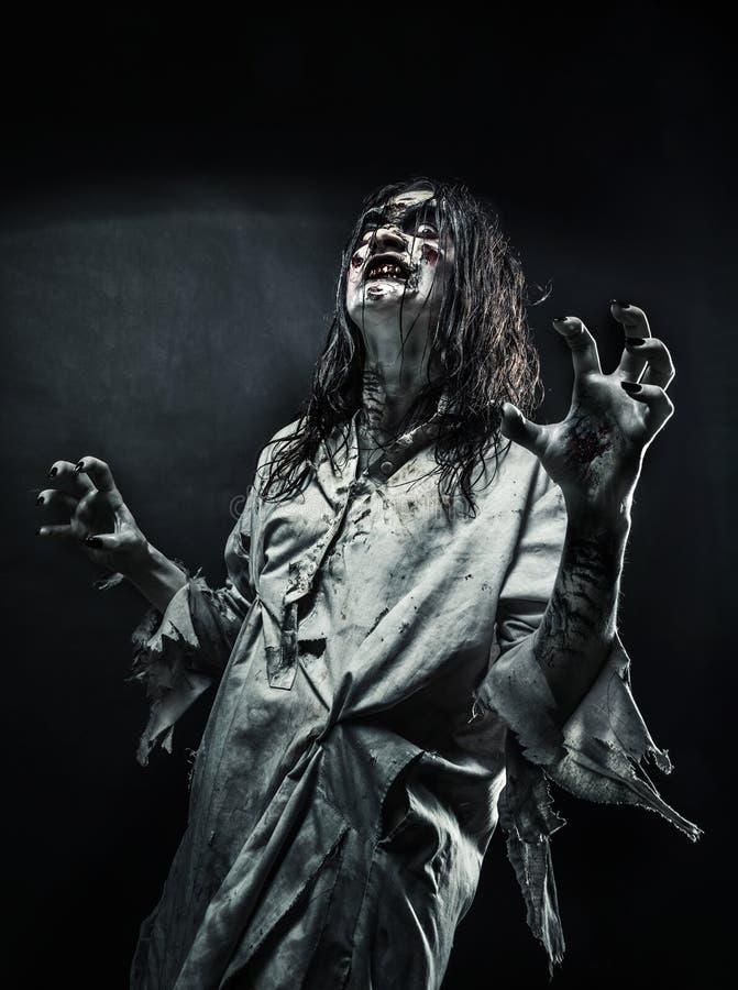 Γυναίκα Zombie με το αιματηρό πρόσωπο στοκ εικόνες με δικαίωμα ελεύθερης χρήσης