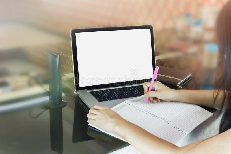 Γυναίκες ή κορίτσι που γράφουν κάτω στο κενό βιβλίο σημειώσεων ή που κάνουν το υπόμνημα επάνω στοκ φωτογραφία