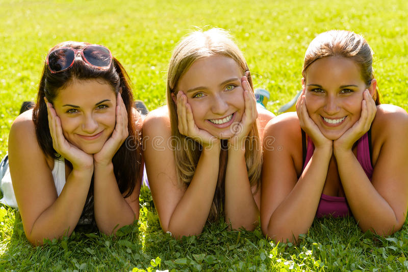 Γυναίκες εφήβων που χαλαρώνουν στους χαμογελώντας φίλους πάρκων στοκ φωτογραφίες με δικαίωμα ελεύθερης χρήσης