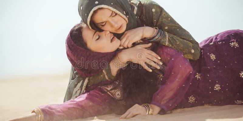 Γυναίκες διψασμένες σε μια έρημο Απρόβλεπτες περιστάσεις κατά τη διάρκεια του ταξιδιού στοκ φωτογραφίες με δικαίωμα ελεύθερης χρήσης