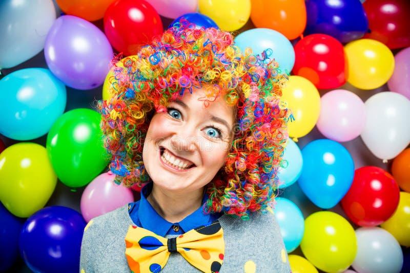 Γυναίκες και άνδρες που γιορτάζουν στο κόμμα για τη νέο παραμονή ή καρναβάλι ετών στοκ εικόνα με δικαίωμα ελεύθερης χρήσης