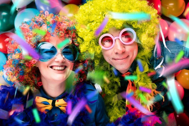 Γυναίκες και άνδρες που γιορτάζουν στο κόμμα για τη νέο παραμονή ή καρναβάλι ετών στοκ φωτογραφία με δικαίωμα ελεύθερης χρήσης