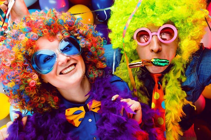 Γυναίκες και άνδρες που γιορτάζουν στο κόμμα για τη νέο παραμονή ή καρναβάλι ετών στοκ εικόνες