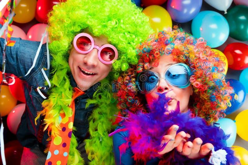 Γυναίκες και άνδρες που γιορτάζουν στο κόμμα για τη νέο παραμονή ή καρναβάλι ετών στοκ εικόνα