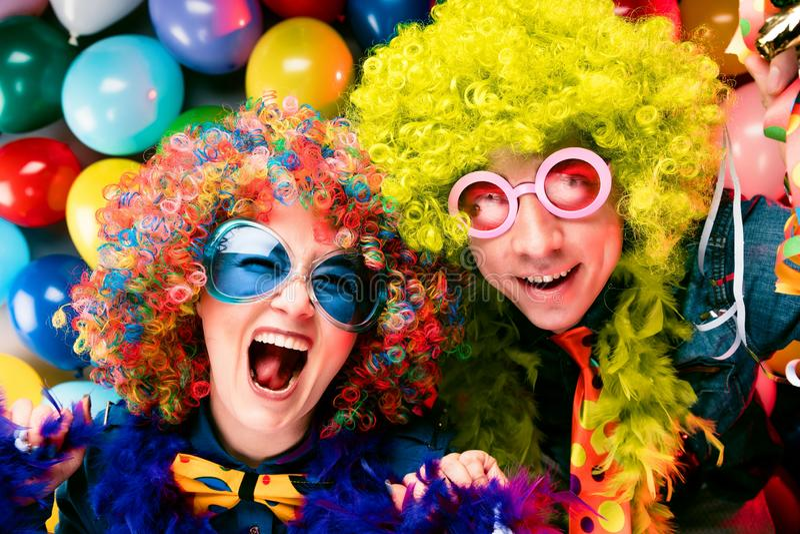 Γυναίκες και άνδρες που γιορτάζουν στο κόμμα για τη νέο παραμονή ή καρναβάλι ετών στοκ φωτογραφία
