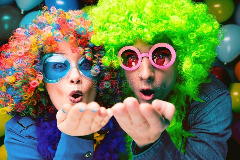 Γυναίκες και άνδρες που γιορτάζουν στο κόμμα για τη νέο παραμονή ή καρναβάλι ετών στοκ εικόνες με δικαίωμα ελεύθερης χρήσης