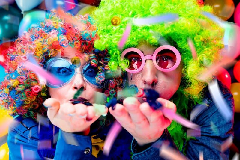 Γυναίκες και άνδρες που γιορτάζουν στο κόμμα για τη νέο παραμονή ή καρναβάλι ετών στοκ φωτογραφίες με δικαίωμα ελεύθερης χρήσης