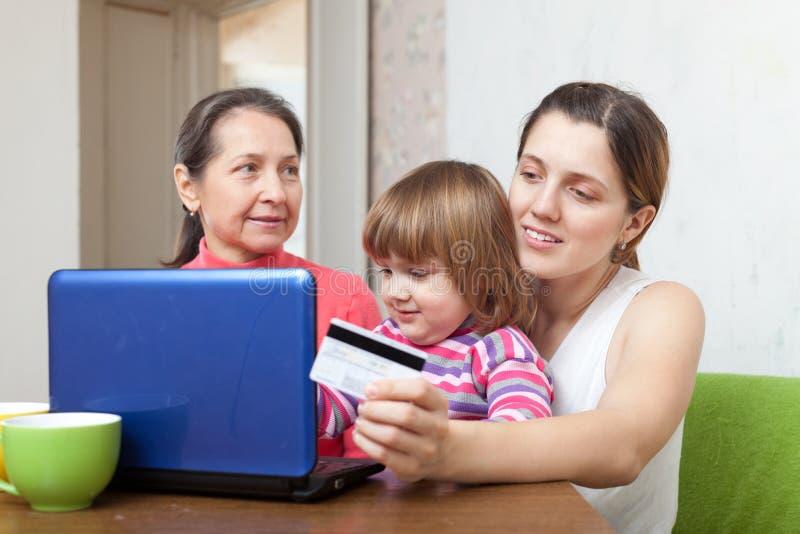 Γυναίκες και παιδί που πληρώνουν από την πιστωτική κάρτα σε Διαδίκτυο στοκ φωτογραφία με δικαίωμα ελεύθερης χρήσης
