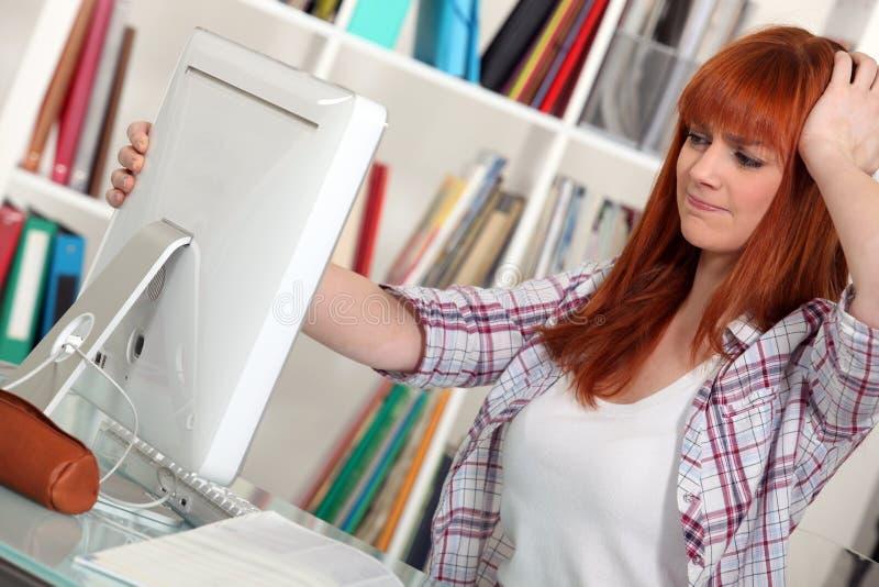 Γυναίκες με ένα τεχνικό πρόβλημα στοκ εικόνες