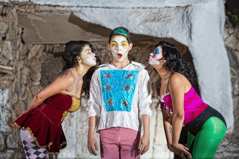 Γυναίκες με τον κοκκινίζοντας κλόουν Cirque στοκ φωτογραφία με δικαίωμα ελεύθερης χρήσης