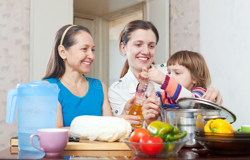 Γυναίκες με το παιδί στην κουζίνα στο σπίτι στοκ φωτογραφία με δικαίωμα ελεύθερης χρήσης