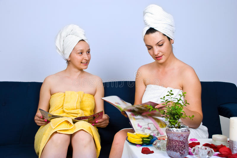 γυναίκες περιοδικών reading salon spa στοκ εικόνα με δικαίωμα ελεύθερης χρήσης