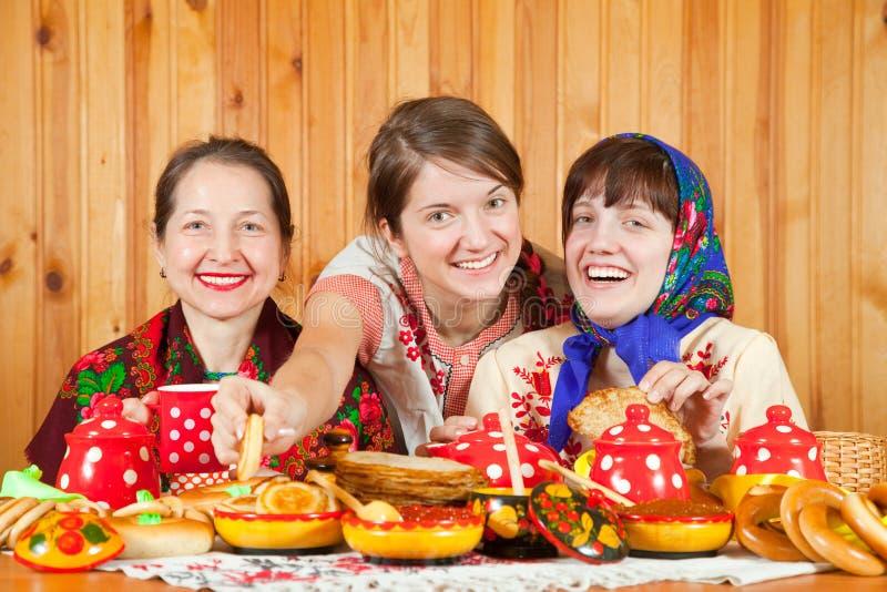 Γυναίκες που γιορτάζουν Shrovetide στοκ φωτογραφίες με δικαίωμα ελεύθερης χρήσης