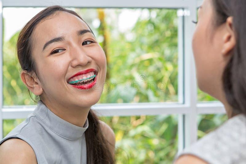 Γυναίκες που εφαρμόζουν το κόκκινο κραγιόν Η γυναίκα ομορφιάς παίρνει το κραγιόν, φίλοι κοριτσιών που βοηθούν με τη σύνθεση Φίλες στοκ φωτογραφίες με δικαίωμα ελεύθερης χρήσης