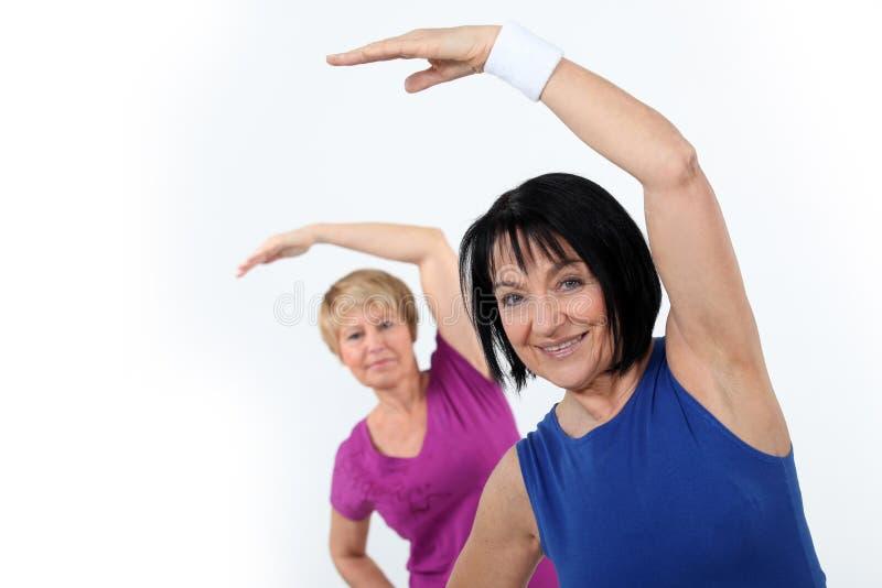 Γυναίκες που κάνουν τη γυμναστική στοκ φωτογραφία