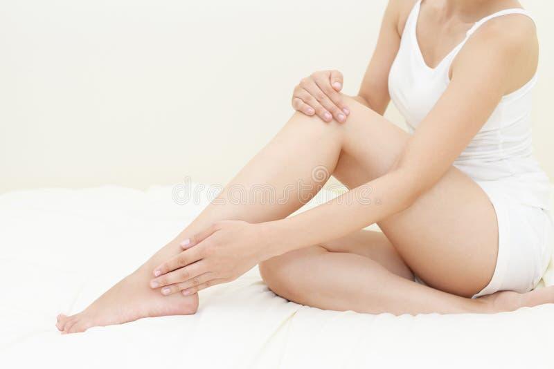 Γυναίκες που κάνουν τη φροντίδα δέρματος στοκ φωτογραφία