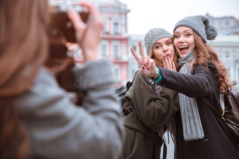 Γυναίκες που κάνουν τη φωτογραφία μαζί υπαίθρια στοκ φωτογραφίες