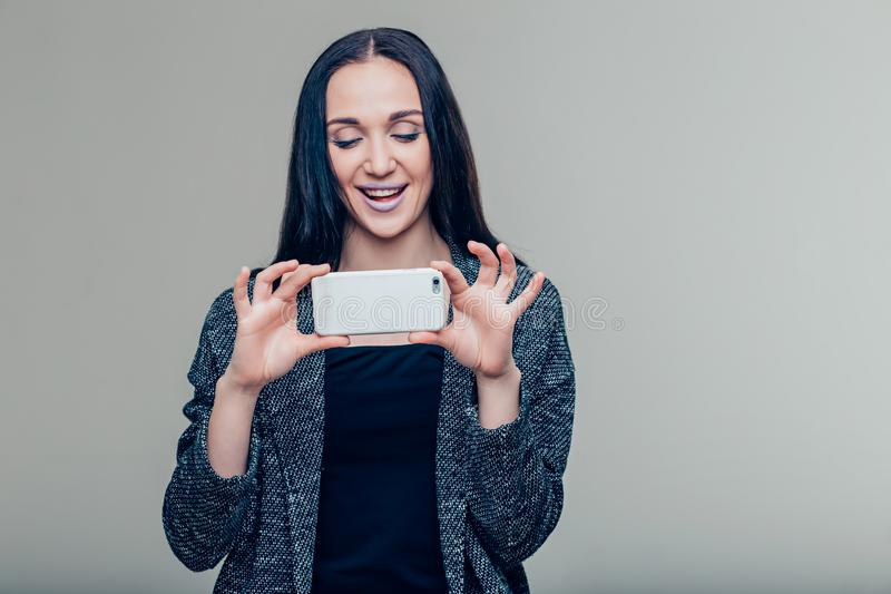 Γυναίκες που κάνουν τη φωτογραφία στο κινητό τηλέφωνο, θηλυκό που παίρνει τις εικόνες με την τηλεφωνική κάμερα στοκ εικόνες