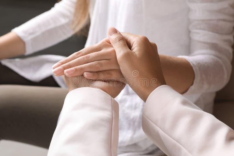 Γυναίκες που κρατούν τα χέρια στο εσωτερικό, κινηματογράφηση σε πρώτο πλάνο στοκ εικόνα με δικαίωμα ελεύθερης χρήσης