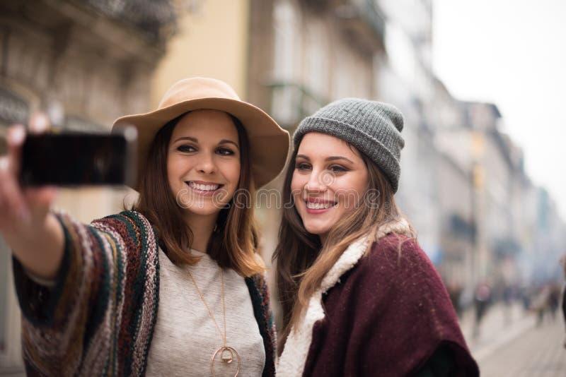 Γυναίκες που παίρνουν selfies στοκ εικόνες με δικαίωμα ελεύθερης χρήσης