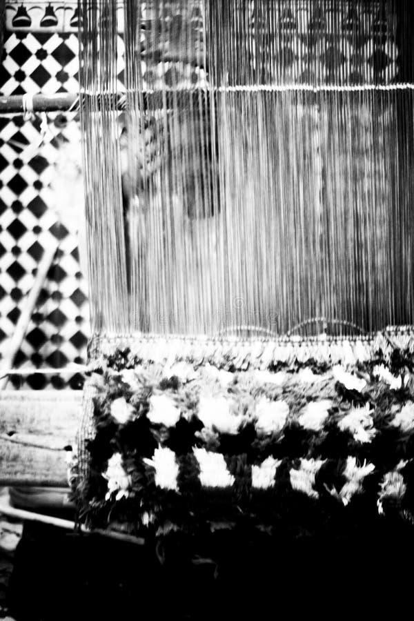 Γυναίκες που ράβουν τους τάπητες στοκ φωτογραφία με δικαίωμα ελεύθερης χρήσης