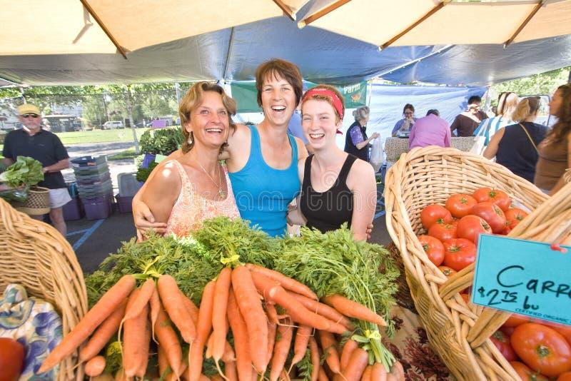 Γυναίκες που στέκονται πίσω από τα λαχανικά - οριζόντια στοκ φωτογραφία με δικαίωμα ελεύθερης χρήσης