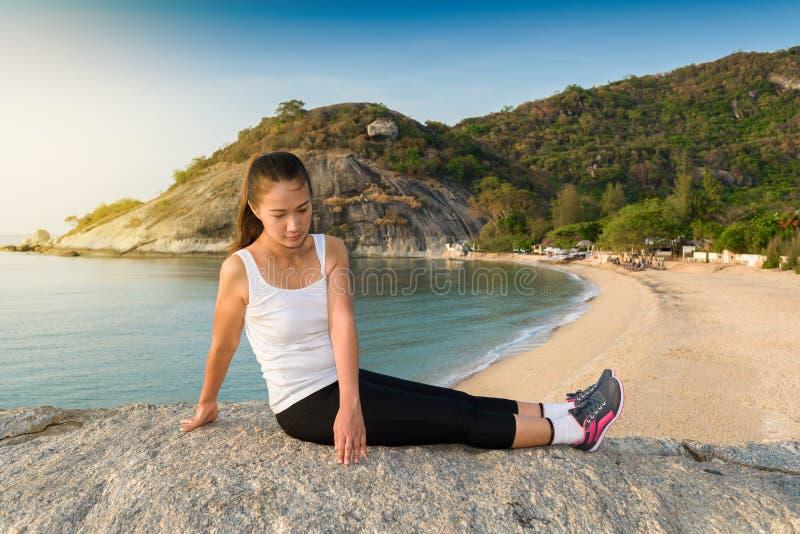 Γυναίκες που τεντώνουν μετά από τον αθλητισμό στοκ εικόνα με δικαίωμα ελεύθερης χρήσης