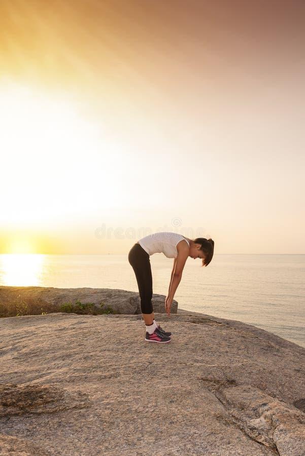 Γυναίκες που τεντώνουν μετά από τον αθλητισμό στοκ εικόνες